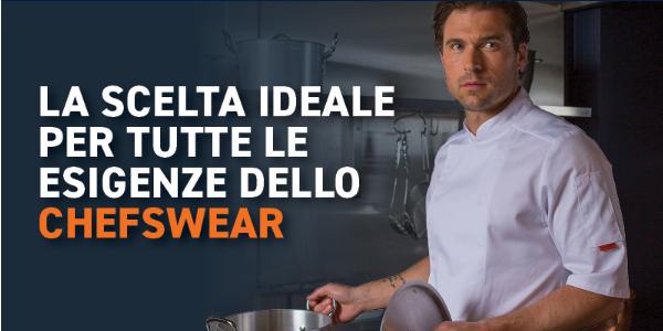 Torso di un uomo con una giacca da cuoco bianca a maniche corte e una casseruola in mano.